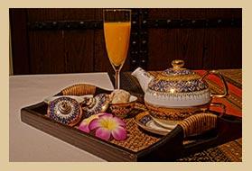Tablett mit Tee und Orangensaft im Sektglas werden zur Massage gereicht.
